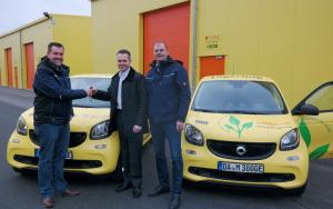 Ralf Stößel, Sascha Stößel (Autohaus Kunzmann) und Oliver Gerheim (von links) bei der Schlüsselübergabe