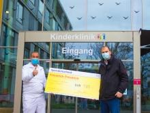 Symbolische Spendenübergabe an Darmstädter Kinderkliniken