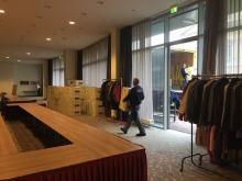 Die Kleiderkisten treffen am Veranstaltungsort ein